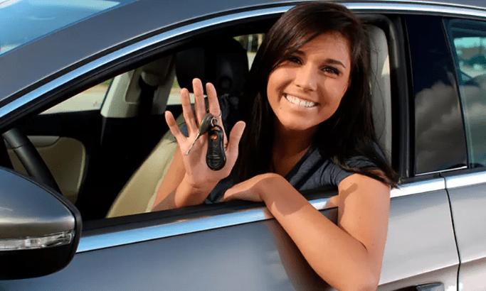 Mujer con llaves de auto