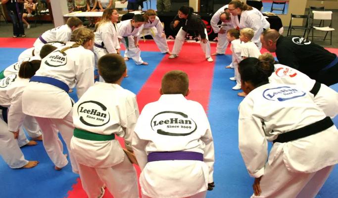 Niños en clase de artes marciales