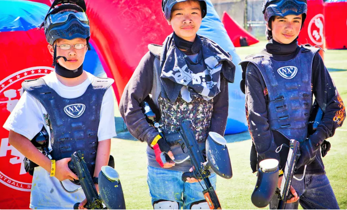 Niños con equipos de Paintball