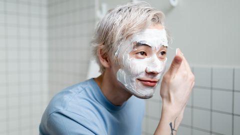 Hombre aplicándose una crema facial