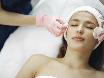 mujer tratamiento facial antiarrugas