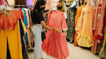 Mujeres viendo un vestido rosa