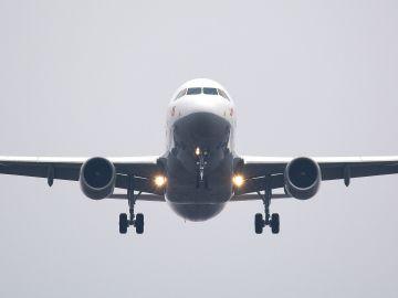 avión volando en el aire