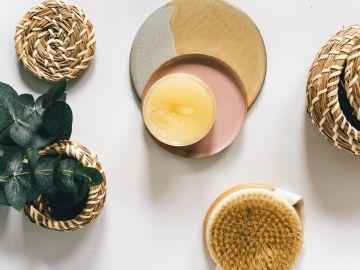 vela aromática eucalipto y cepillo de masajes
