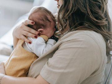 bebé recién nacido con mamá