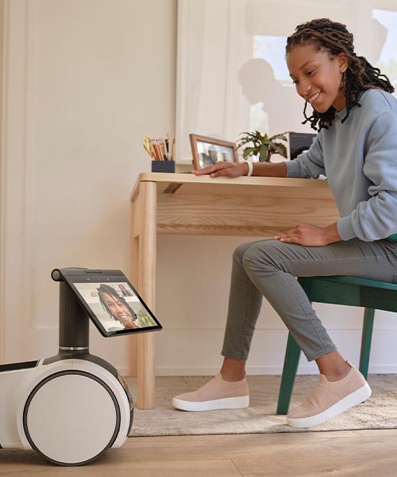 Mujer en videollamada con Astro el robot de Amazon