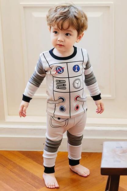 Pijama para ninos con estampado espacial -mas