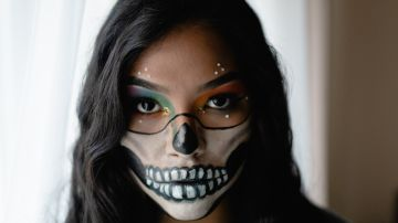 mujer con maquillaje de katrina