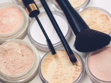Productos de maquillaje variados