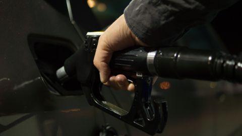 surtiendo gasolina al automóvil